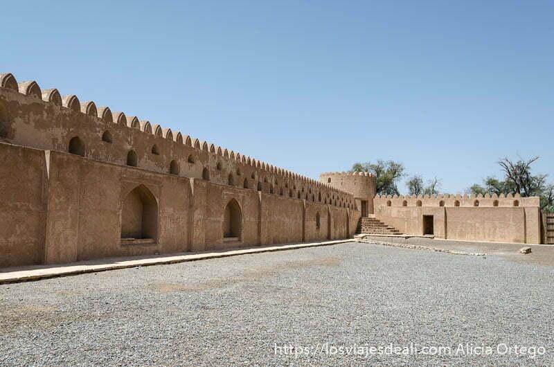 murallas con torre en la esquina vistas desde patio interior