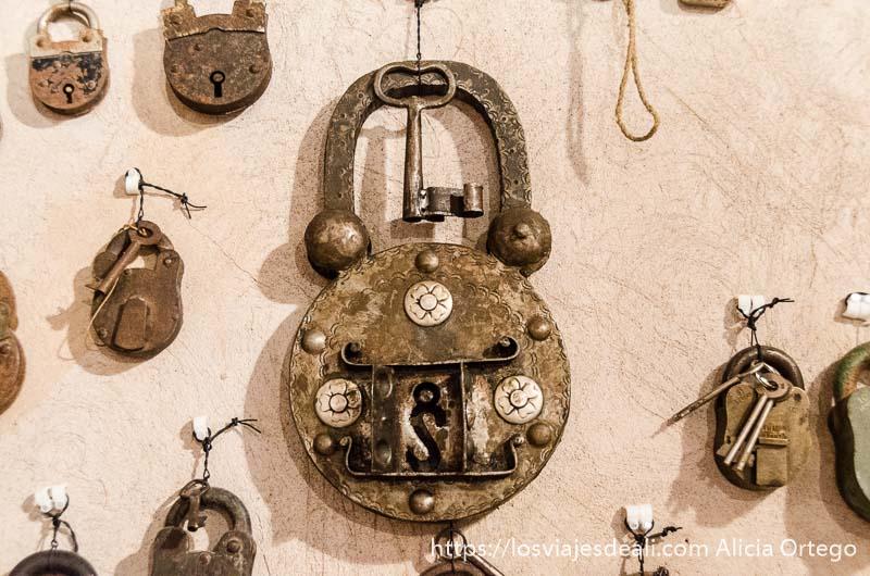 candado antiguo con mecanismo de varias cerraduras