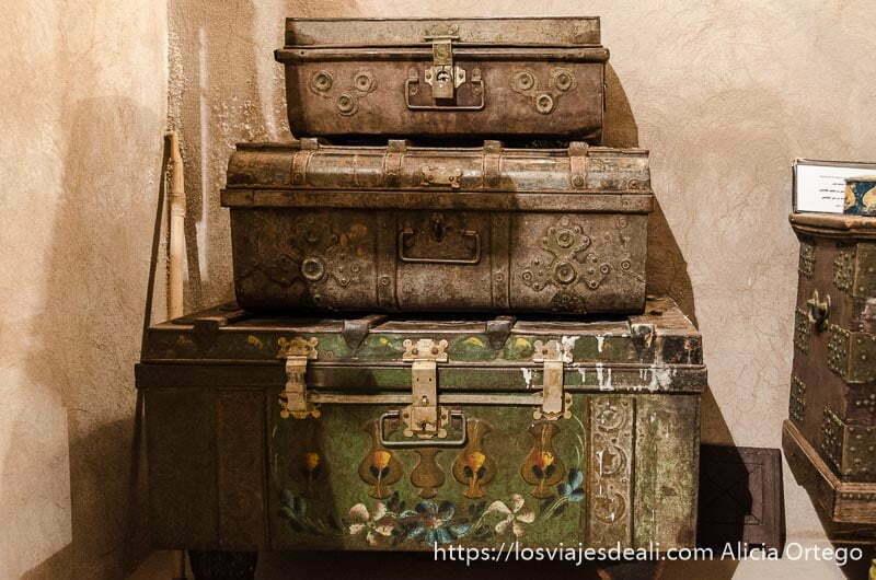tres antiguos baúles apilados uno encima de otro con remaches de metal
