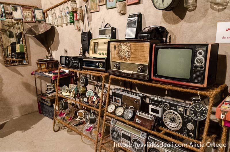 habitación llena de televisores y radios antiguas