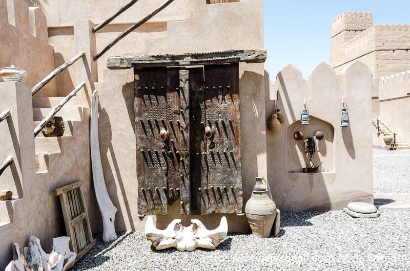 patio con puerta de madera labrada de zanzíbar y huesos de ballena
