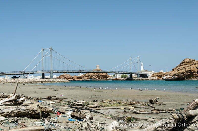 puente que cruza a la ciudad de simbad el marino desde sur