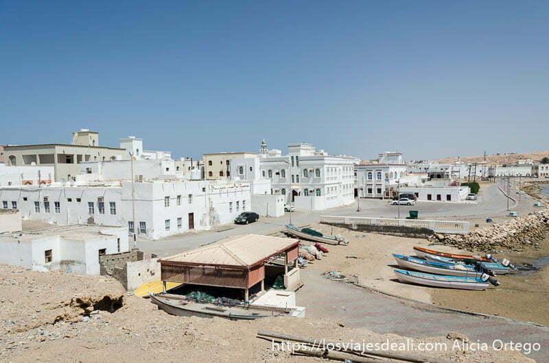 casas árabes mirando al mar en la ciudad de simbad el marino
