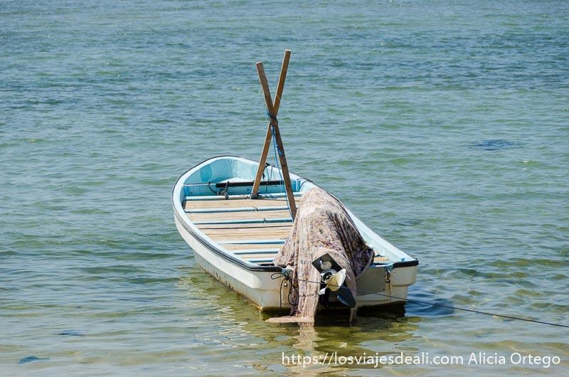 barca en el agua con motor tapado con una tela