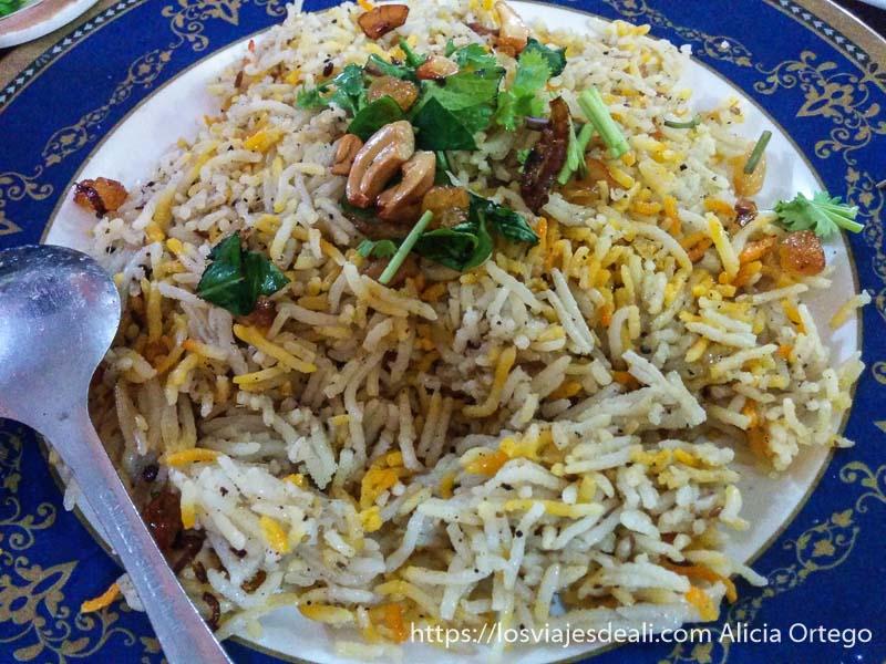 plato de arroz basmati con frutos secos y azafrán