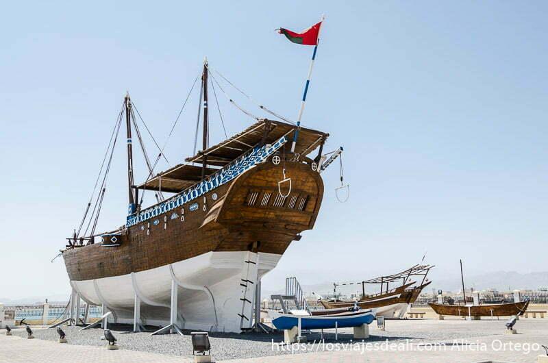 barco dhow antiguo expuesto junto al mar en la ciudad de simbad el marino