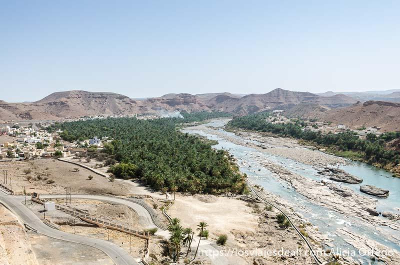 pueblo de omán con río y palmerales