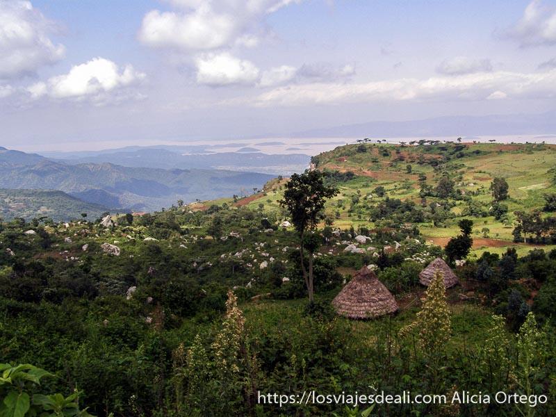 paisaje de montañas verdes y cabañas de techo de paja en etiopía