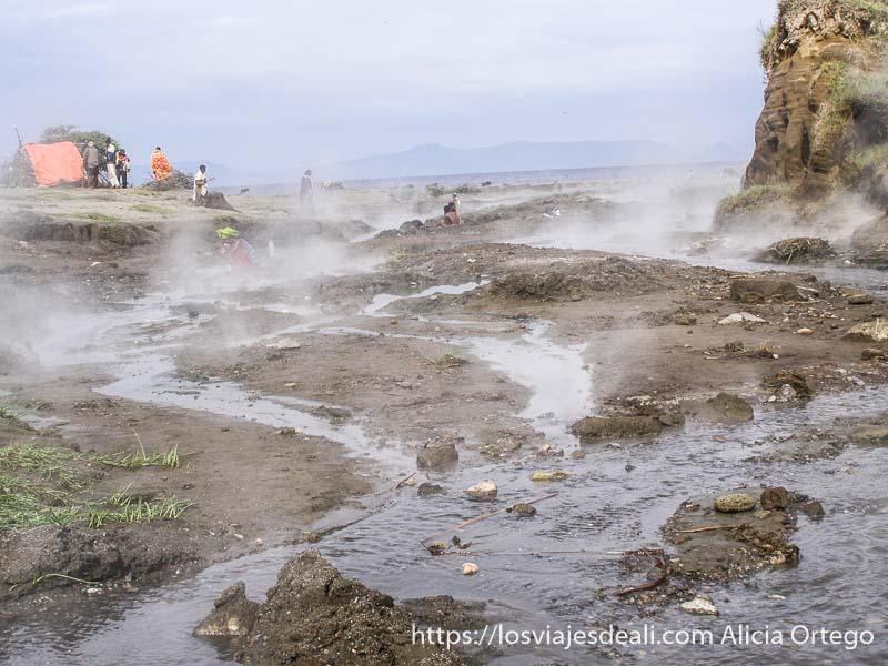 río humeante que desemboca en el lago chitu de etiopía