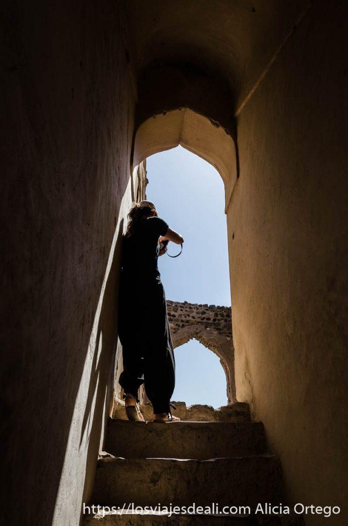 turista haciendo una foto en una casa antigua de omán
