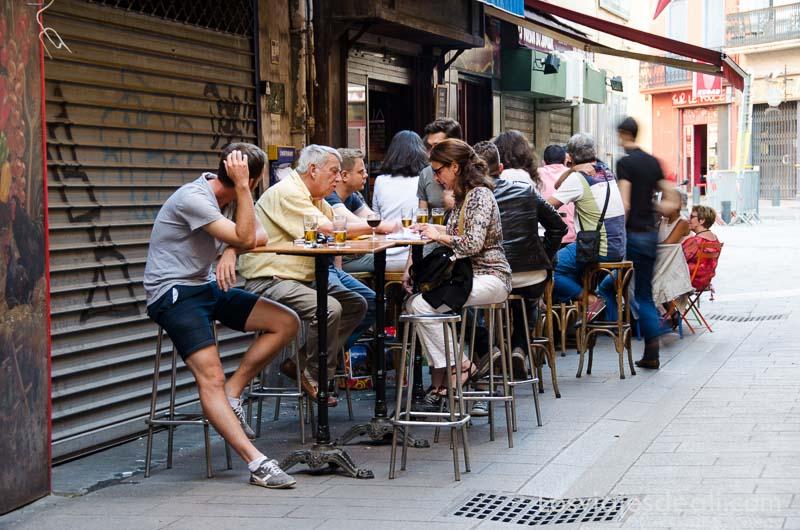 gente tomando aperitivo en la terraza de un bar
