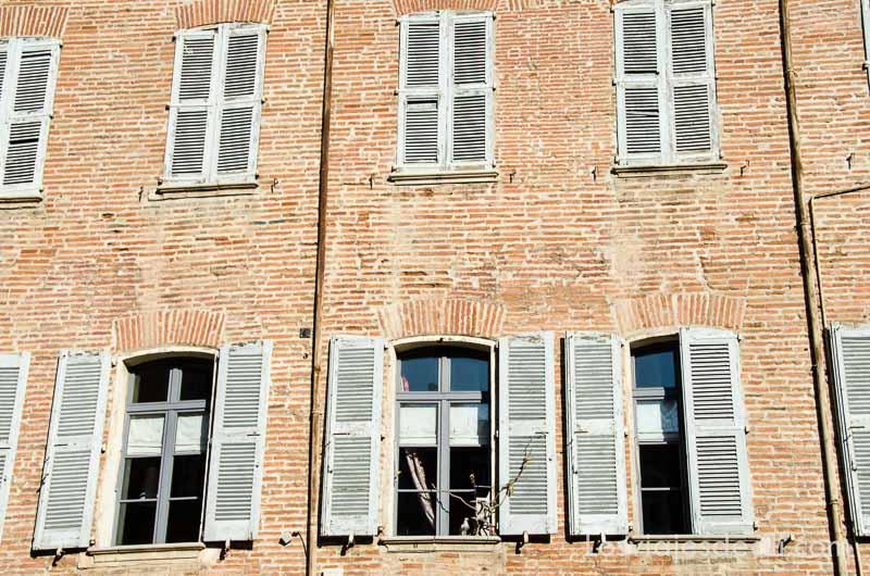 ventanas de madera en fachada de ladrillo