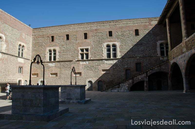 patio del castillo con su pozo