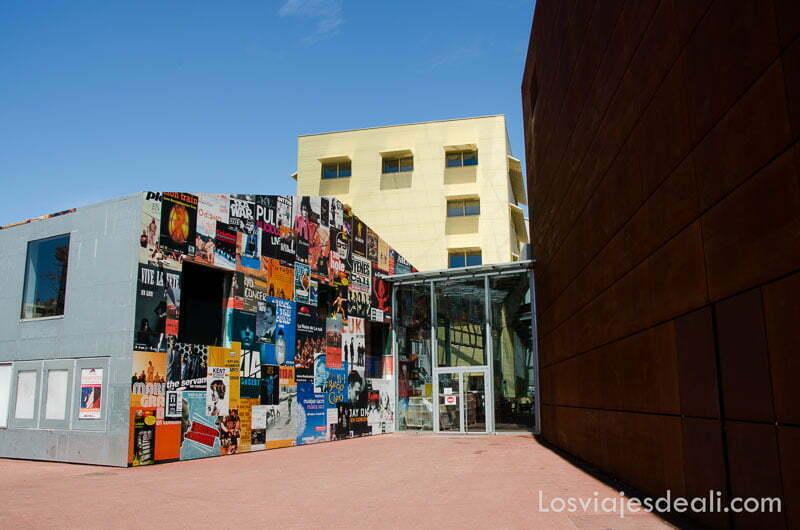 edificio con fachada llena de arte callejero