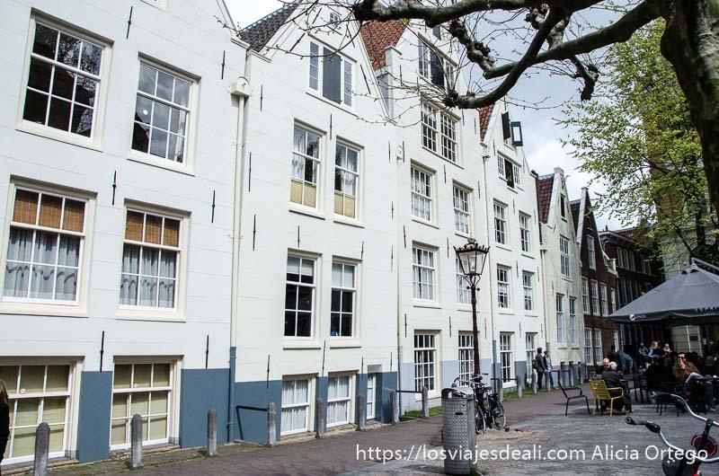 casas de madera pintadas de blanco en amsterdam