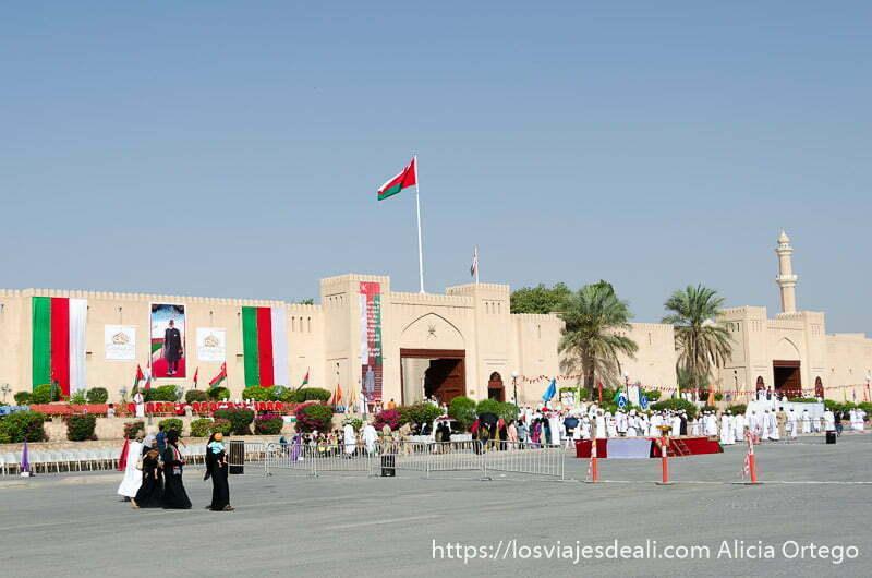 murallas de nizwa adornadas con banderas de omán