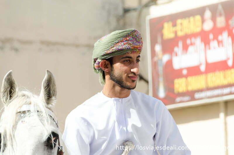 joven jinete omaní con turbante verde