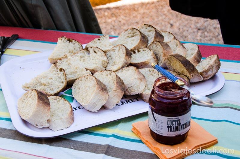 rebanadas de pan y tarro de mermelada casera