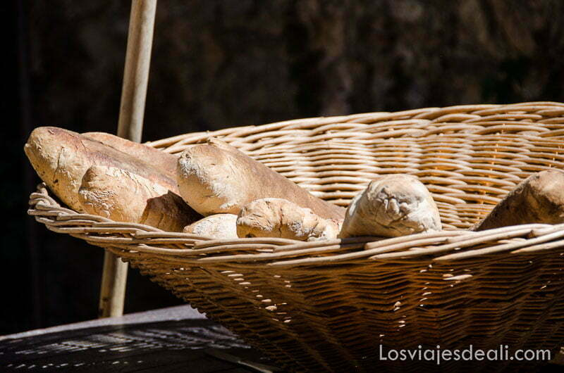 cesto de paja con barras de pan recién horneado