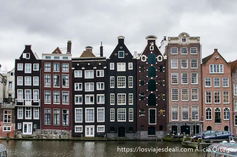 fachadas de casas de amsterdam con canal delante