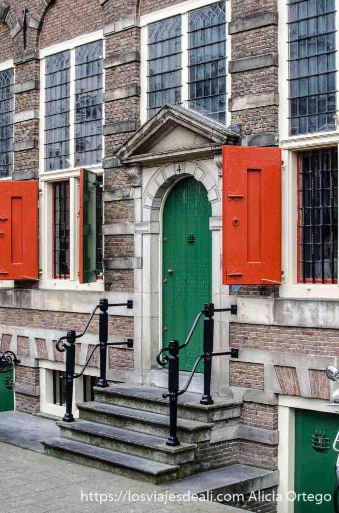 puerta de casa de rembrandt en amsterdam pintada de color verde