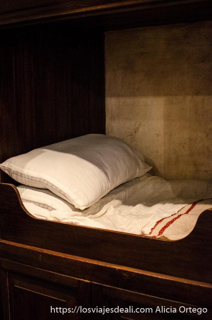 cama de la época de rembrandt en una especie de armario