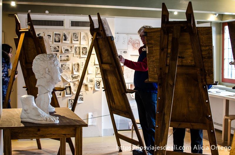 hombre pintando un cuadro en la casa de rembrandt