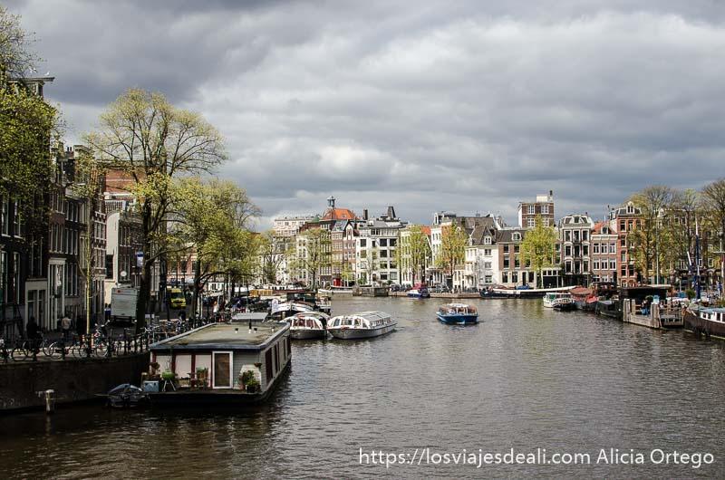 vista de un canal de amsterdam con cielo muy nublado