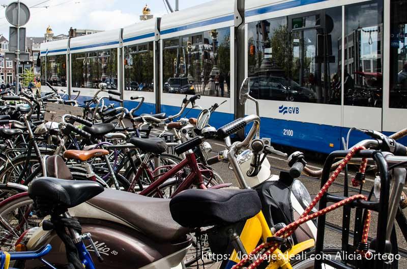 aparcamiento de bicis con tranvía pasando al lado