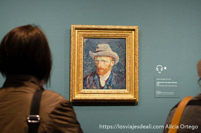 mujer mirando autorretrato de van gogh