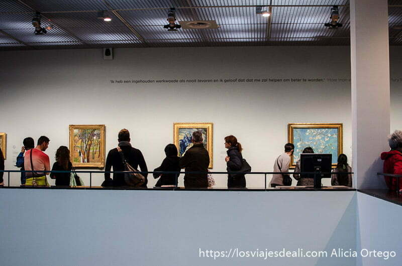 gente viendo cuadros de van gogh en el museo de amsterdam