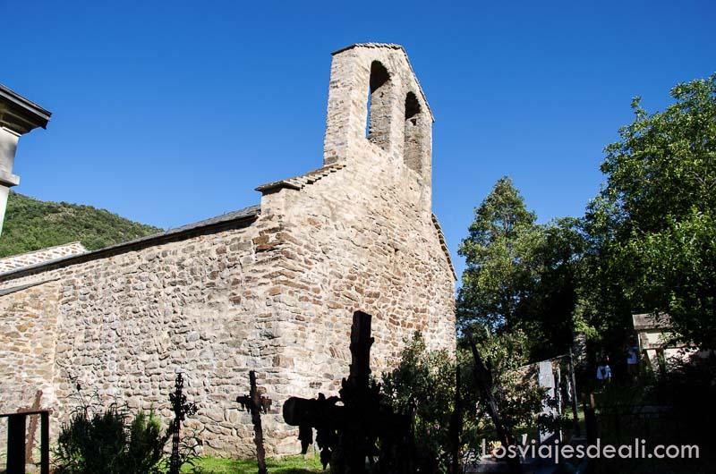 iglesia románica con cruces de tumbas alrededor