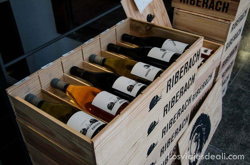 caja de madera llena de botellas de vino riberach