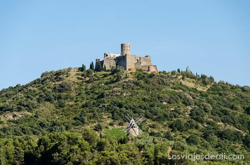 torre redonda de piedra en la cima de una montaña verde en collioure