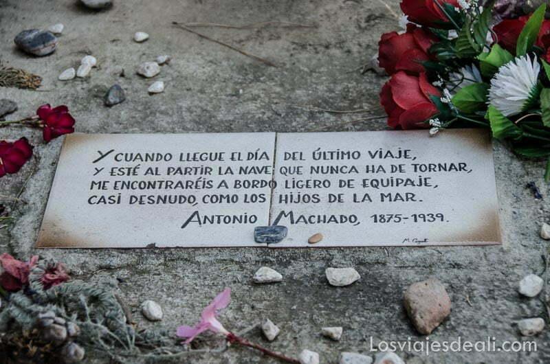 poema de despedida de antonio machado en una placa junto a su tumba