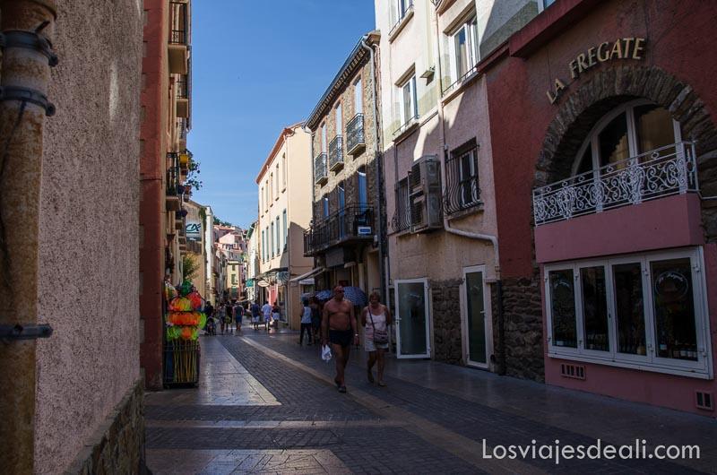 calle comercial del centro de collioure