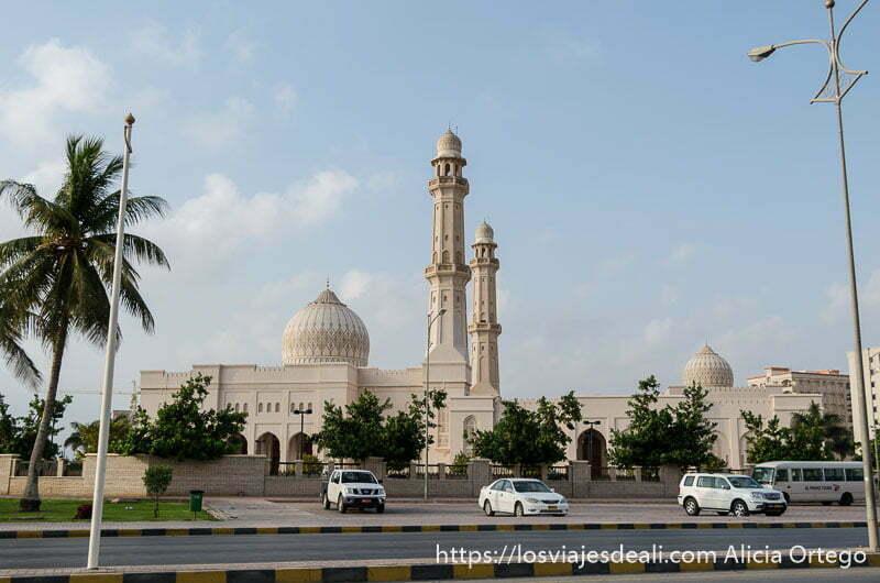 gran mezquita con dos minaretes