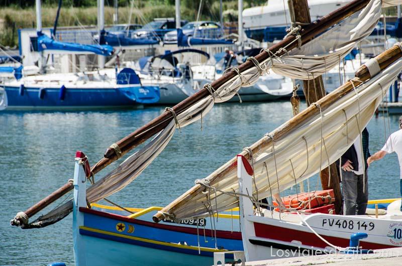 barca tradicional de la costa francesa con mástiles y velas de tela