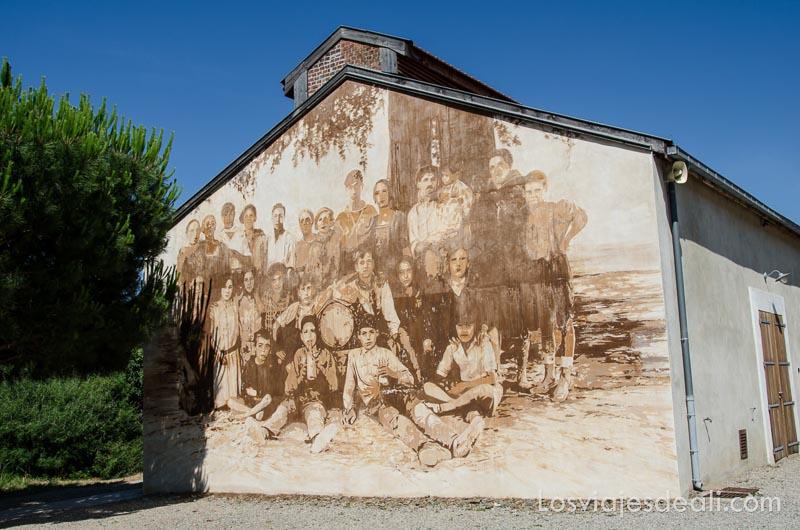 casa con fachada pintada con una foto de trabajadores de la mina de dinamita de paulilles