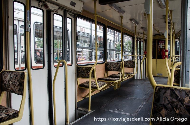 interior vacío de un tranvía cómo moverse por budapest