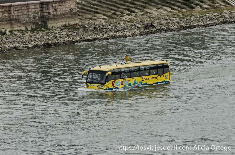 autobús anfibio flotando en el río danubio cómo moverse por budapest