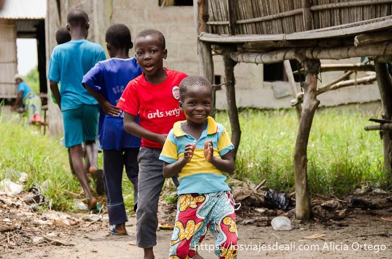 niños en fila bailando en ganvie
