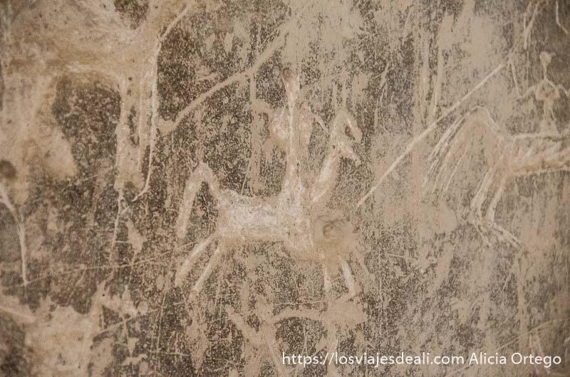 grafitis en un muro de la fortaleza de nizwa representa un hombre a caballo con la lanza arriba