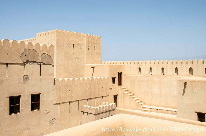 patio interior de fortaleza de nizwa hecha de adobe