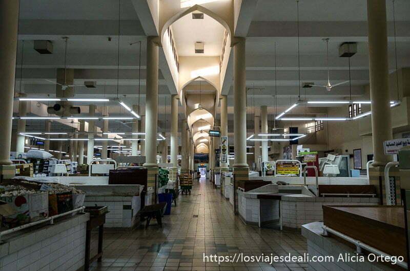 interior del mercado de nizwa con pulcros pasillos y puestos de comida