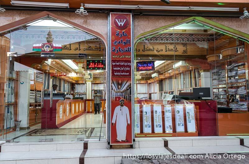 tienda lujosa de trajes de hombre de omán en nizwa