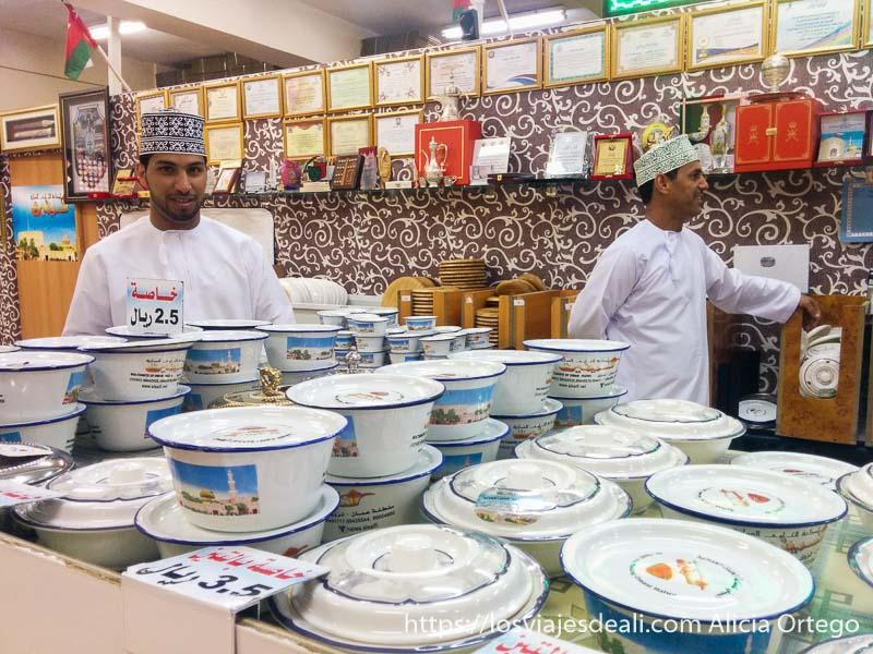 tienda de dulce típico de omán con dependientes en nizwa