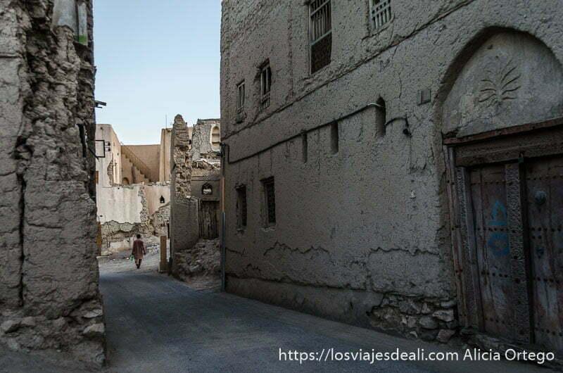 calles de vieja nizwa con edificios de adobe medio derruidos