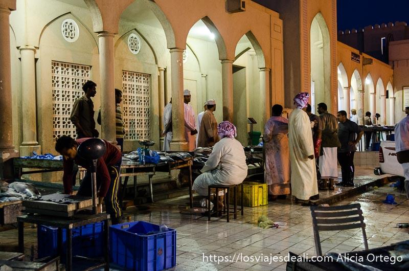 mercado de pescado de nizwa por la noche