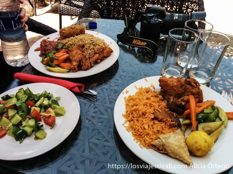 comida en nizwa con arroz especiado samosas y pollo a la brasa